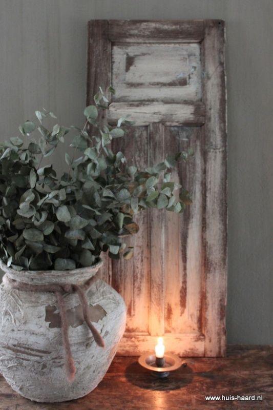 leuk idee als decoratie op de tafel. pot pimpen en houten wandpaneel maken