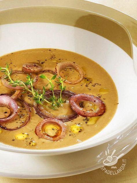 Servite la Velluta di fagioli e cipolle in miniporzioni con crostini di pancarré croccante dorati nell'olio. Una ricetta facilissima, raffinata e saporita.