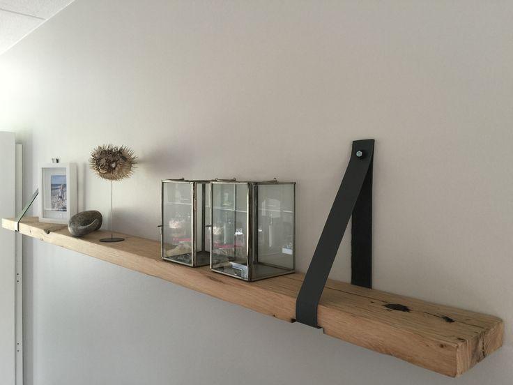 Wandplank van eiken wagonplank met leren riem. TE KOOP via MELKA INTERIEURBOUW