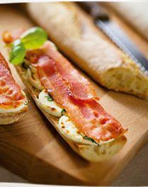 Toast met geitenkaas, basilicum en ontbijtspek ( ook lekker met feta)