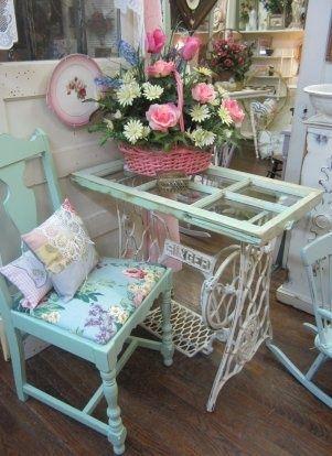 Table mignon fait à partir d'une vieille machine à coudre et une vieille fenêtre.