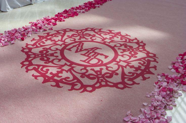 Розовая ковровая дорожка с логотипом и инициалами молодоженов на выездной регистрации