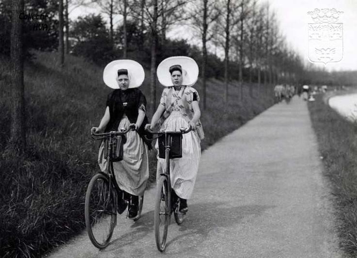 Met de fiets op het jaagpad naast het kanaal door Walcheren ca. 1935. Waarschijnlijk genomen met Pinksteren. Men ging dan altijd fietsen / Cycling on the towpath of the canal