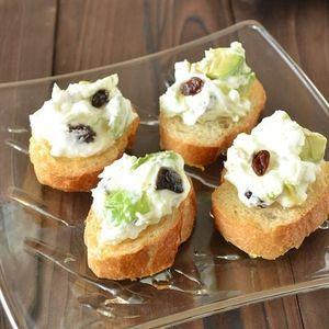 水切りヨーグルトのアボカドレーズンカナッペ+by+柴田真希さん+|+レシピブログ+-+料理ブログのレシピ満載! パーティにもおすすめのスウィート系カナッペ。 チーズではなく、水切りヨーグルトにしてヘルシーに。