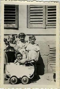 PHOTO-ANCIENNE-VINTAGE-SNAPSHOT-ENFANT-LANDAU-POUPEE-MODE-DROLE-FASHION