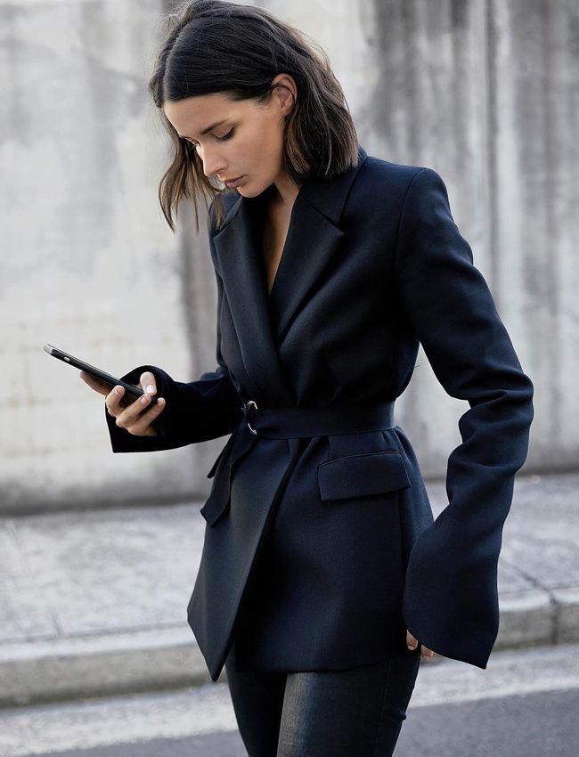 Veste de blazer légèrement trop longue + ceinture en gros grain ton sur ton = le bon mix (photo Sara Donaldson)