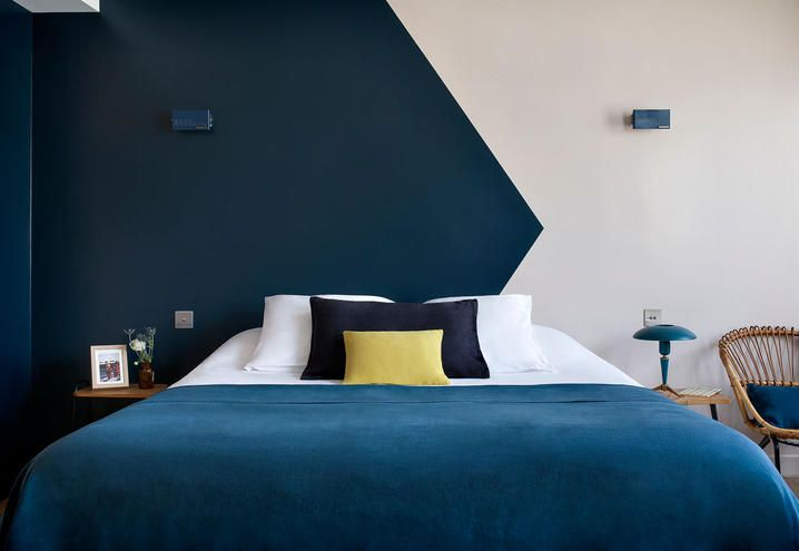 Blu color for this bedroom in Paris / Blu per questa camera a Parigi