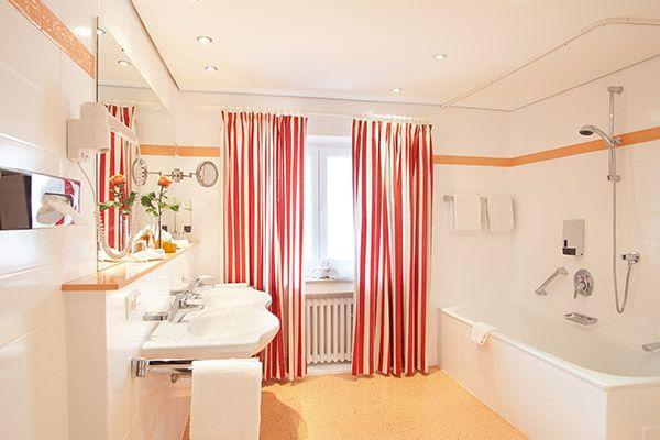 Blick ins Bad eines der Hotelzimmer / Looking into one of the bathroom of the hotel rooms | H+ Hotel Alpina Garmisch-Partenkirchen