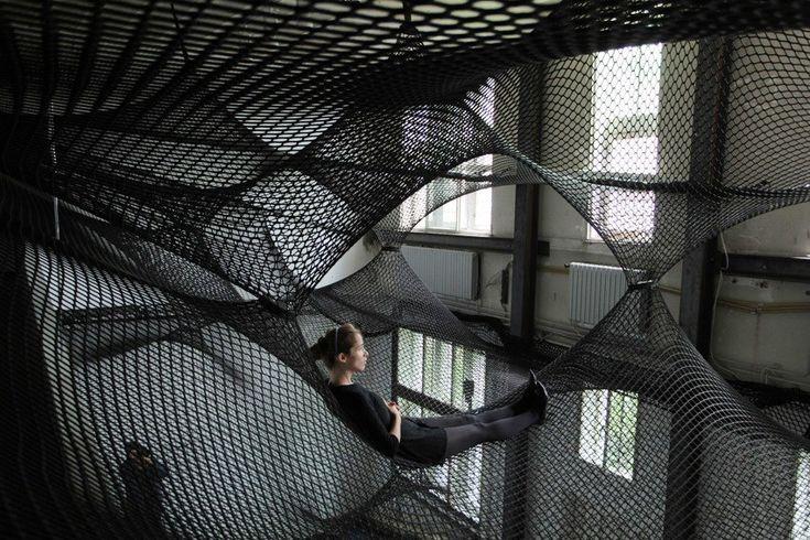 Unwoven Light, por Soo Sunny Park  Es una instalación escultórica suspendida meticulosamente y elaborada a partir de material rígido industrial: vallas de cadena de enlace y plexiglás. El autor quiso  revivir las colinas ondulantes de Nueva Inglaterra, donde reside actualmente.