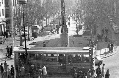 Autobús P-11 en la cabecera del Puente de Vallecas, zona conocida por El Bulevar. Foto Santos Yubero  Read more: http://historias-matritenses.blogspot.com