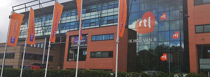 Voor het hoofdkantoor van RTL staan vijf vlaggenmasten, allemaal voorzien van vlagverlichting van PoleLed.