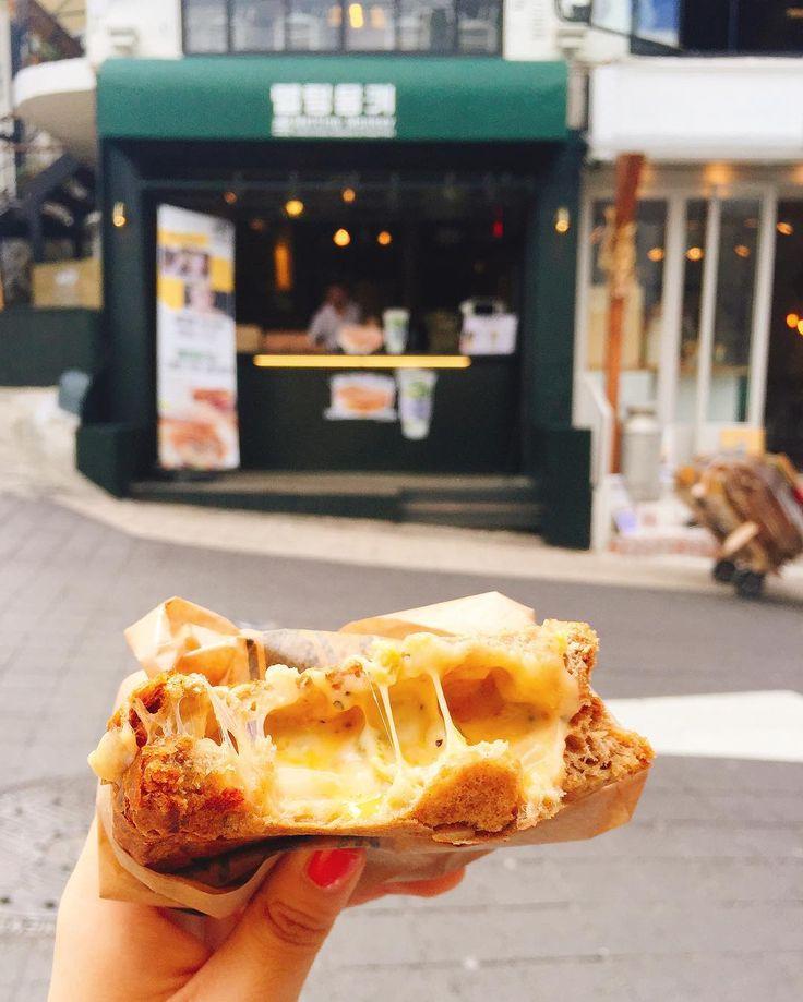 いま日本では「わんぱくサンド」を筆頭にボリューム満点のサンドイッチが流行していますよね。でも実は韓国でもグルメサンドは大人気。今回は、「メルティングモンキー」の「グリルドチーズサンド」をご紹介します。お餅のように伸びる濃厚チーズに注目です!