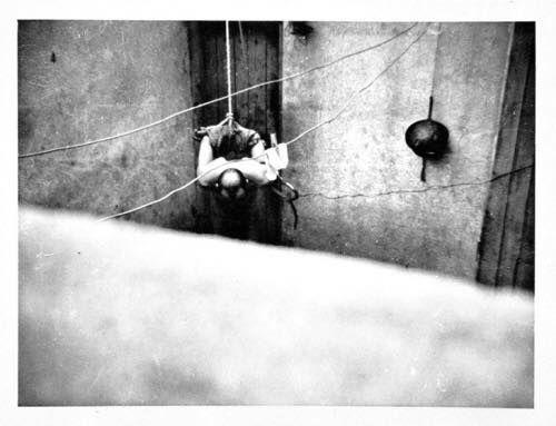"""Algérie- Torture :Torture Daté de 1957, une photographie représentant des scènes de supplices infligés a des prisonniers algériens ont été prises à la dérobée par un appelé. Il les a ensuite fait parvenir à la commission de sauvgarde des droits et libertés in déviduels. """"Je n'ai jamais eu le cynisme et je n'ai plus la force d'admettre ce qu'il est convenu d'appeler des 'bavures'"""" PAUL TEITGEN, Secrétaire de la préfécture d'Alger, lors de sa démission le 24 Mars 1957"""