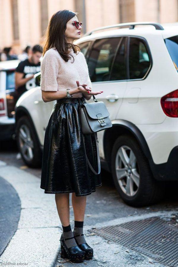 Street style look inverno com saia midi preta e sandália com meia aparente