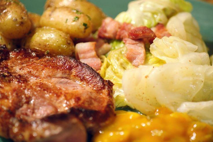 Spiering komt uit de nek van het varken. Het vlees is mooi doorregen met vet waardoor het veel smaak heeft. Serveer het met gebakken krieltjes, gestoofde kool en kropsla voor een topgerecht op een doordeweekse avond.