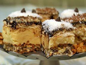Prăjitură cu blat din bezea cu nucă și cremă de vanilie