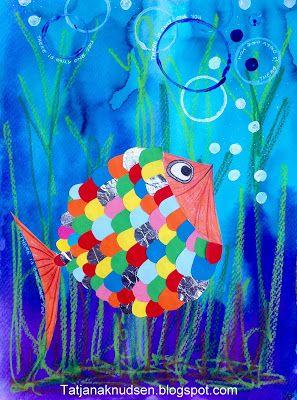 kontur af en fisk med blyant på et stykke hvidt karton A3 format. Bagefter klipper jeg fiskeskæl som limes på. Så farvelægges fiskens hoved og hale med farveblyanter, mund tegnes samt et øje klippes ud og limes på. Klip hele fisken ud og lim på baggrunden. Tryk cirkler på baggrunden med hvid og blå akrylmaling