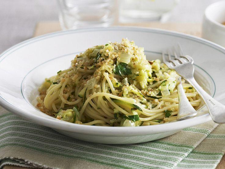 Pasta mit Zucchini, gebratenen Semmelbrösel und Parmesan - smarter - Zeit: 25 Min. | eatsmarter.de