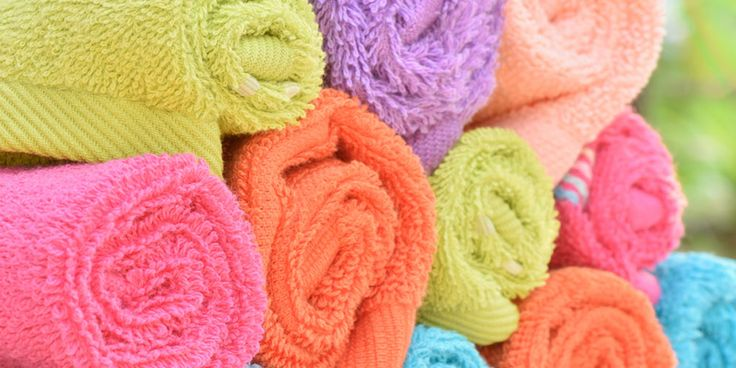 Als handdoeken niet snel genoeg drogen of opgevouwen in de kast verdwijnen terwijl ze nog vochtig zijn, kunnen ze zuur gaan ruiken. Niet zo lekker om je daar mee af te drogen. Voeg dit middeltje toe en je handdoeken komen weer fris uit de trommel. Als je was met handdoeken net even te lang in…