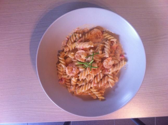 wok met pasta,scampi (en gerookte zalmreepjes) | Familierecepten