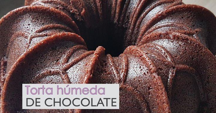¿Fácil de hacer y, encima, deliciosa? Quién se puede resistir a probar este bizcocho de chocolate que nos enseña a preparar la autora de POR AMOR AL HORNO.