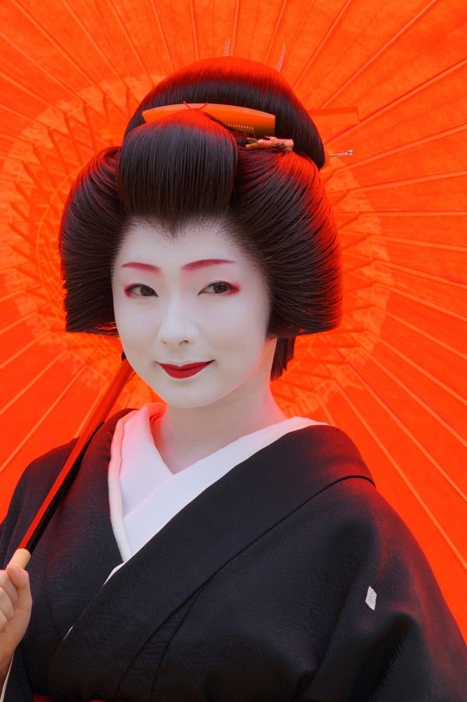 Geiko Toshimana. All Maiko belongs to the Okiya. Meanwhile, there are two types of Geiko. One is the Geiko belonged to Okiya, and another is the independent Geiko. The crest of latter is different from former's in spite of fellow Geikos.