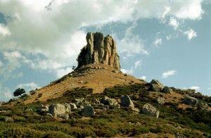 """Escursione sui tacchi d'Ogliastra    L'Ogliastra è un territorio che seduce con un paesaggio unico nel suo genere caratterizzato, oltre che da un mare bellissimo, anche dalla presenza di imponenti formazioni rocciose dette Tacchi. Come il Tacco di Tisiddu, che sovrasta Ulassai e da cui si gode di un panorama mozzafiato.    Scoprite gli altri """"Tacchi"""" e la possibilità di fare trekking, climbing, arrampicata"""