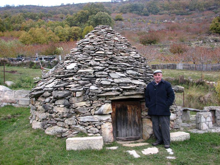 Un precioso chozo moderno construido tal y como lo hacían años atrás, junto a él Don Mariano, constructor de chozos. Este se encuentra en el huerto de otro simpático torniego, Don Manuel.