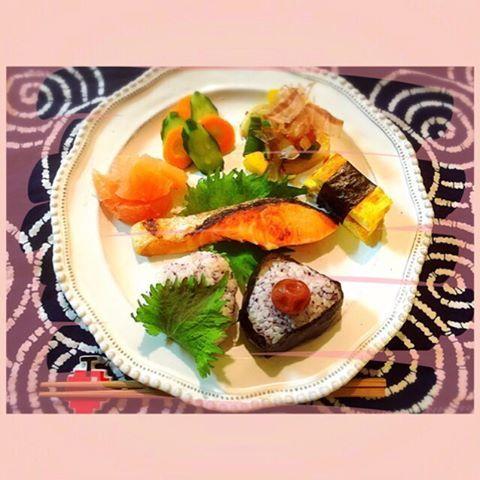"""Today's breakfast is one plates of Japanesefood☆ 焼鮭、たまご焼き、たまねぎとピーマン炒めにパプリカも、お漬物、グレープフルーツ。 """"The""""的な朝食で本日のサロンワークのイメトレをしちゃう〜☆ 2016/05/14 #breakfast #朝食 #朝ごはん #朝ご飯 #あさごはん #お家ご飯 #おうちごはん #oneplates #ワンプレート #ワンプレートあさごはん #焼鮭 #お漬物 #たまごやき #グレープフルーツ #おにぎり #おむすび  #cooking #homemade #yuka的cooking #astierdevillatte #アスティエドヴィラット #アスティエ #mamarecipe #ママレシピ #和食ワンプレート #和食ごはん #和食 #和食が1番 #和 #japanesefood"""