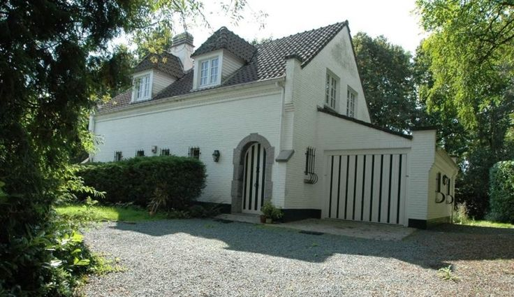 Villa te koop in Overijse - 3 slaapkamers - 152m² - 365 000 € - Logic-immo.be - Charmante villa op een terrein van 4.907m², gelegen in een oase van groen. Privacy gegarandeerd.  De woning omvat: inkom met vestiaire en wc, doucheruimte, berging, ingerichte keuken 10m², zonnige liv...