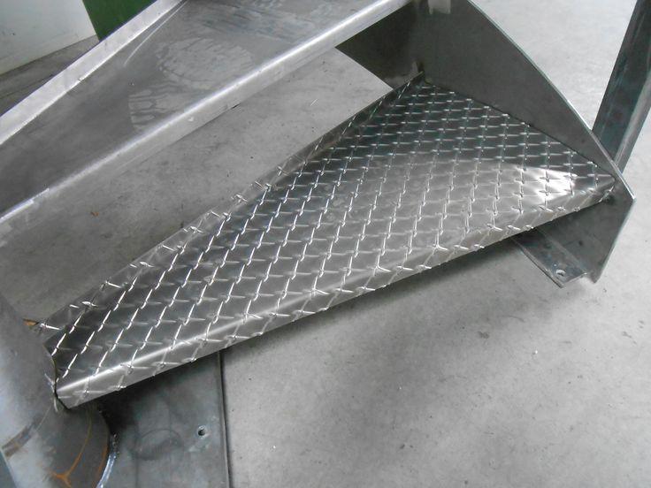 Peldaño de escalera en chapa damero. Un tipo de material antidslizante gracias a los salientes de su superficie.  #herrería  #escaleras  #damero  #chapa