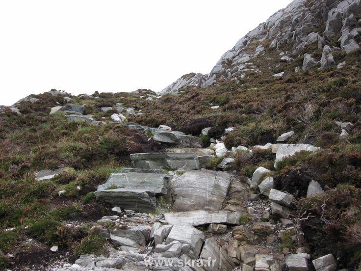 sentier rocheux d'une montagne encerclée par la tourbe au Connemara, Irlande