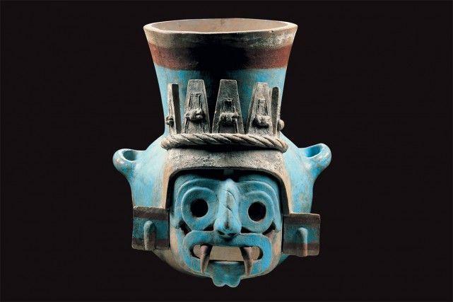 Vase représentant Tlaloc, le dieu aztèque de l'eau. Les formes pyramidales sur la coiffe évoquent les montagnes où Tlaloc conservait l'eau. Pièce appartenant au Musée du Templo Mayor, à Mexico.