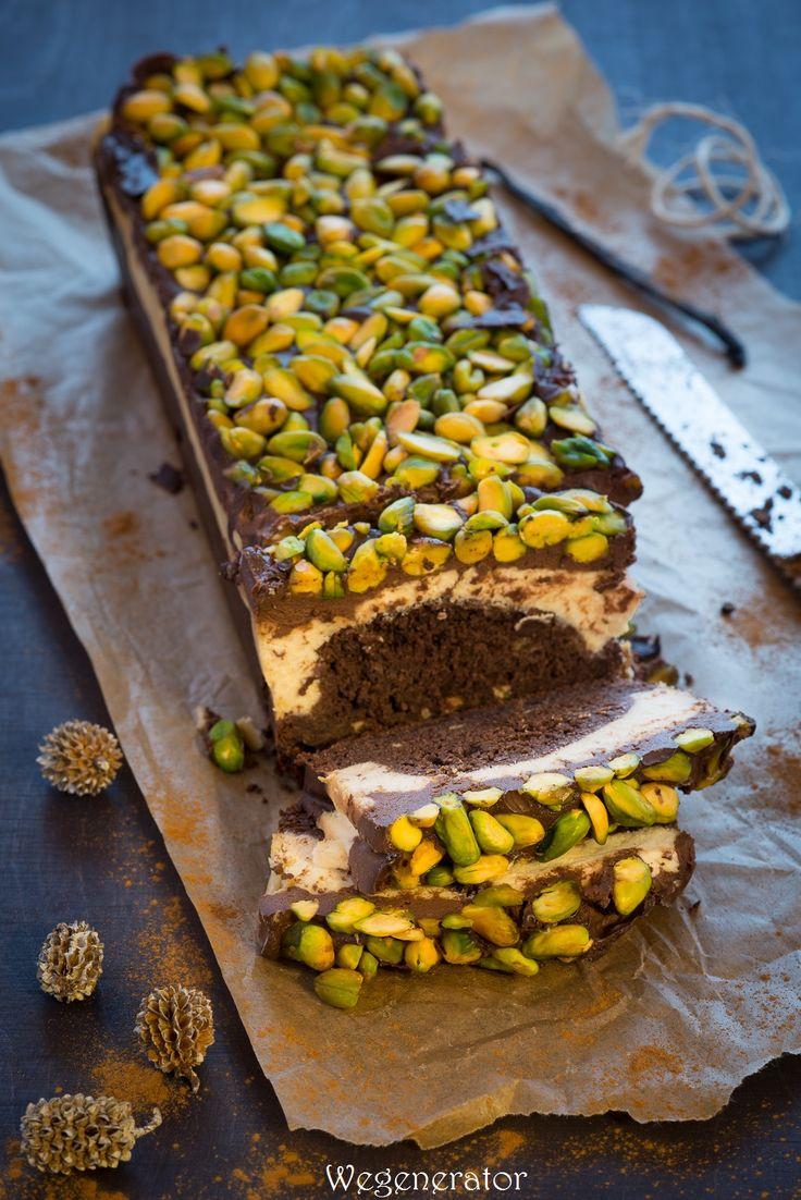 Jeżeli macie ochotę na mocno czekoladowe i mocno kokosowe ciasto przełamane orzechami, to dobrze trafiliście;) Jeszcze ciepłe, przypomina p...