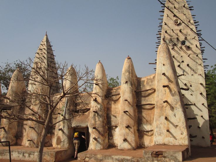 Być w Burkina Faso i nie zobaczyć Bobo, to tak jakby być w Polsce i nie widzieć Krakowa. Pozostając w tej narracji – tamtejszym Wawelem jest Wielki Meczet, najbardziej znana budowla i miasta i całego kraju, zbudowany w XIX wieku z gliny. http://exumag.com/dokad-do-burkina-faso/