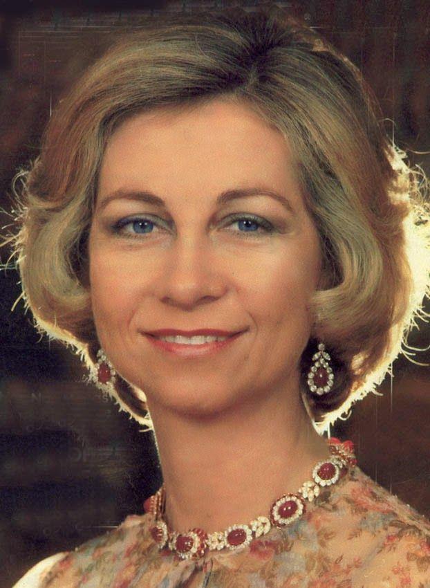 S.M. la Reina Sofía de España Nacida en Atenas en 1938, Sofía Margarita Victoria Federica es la reina consorte de España y princesa de Grecia y Dinamarca. Durante su infancia se vio obligada a huir de los Balcanes debido a la invasión alemana durante la Segunda Guerra Mundial, refugiándose en Egipto y Sudáfrica, aunque su exilio finalizó en 1946 tras la derrota alemana.
