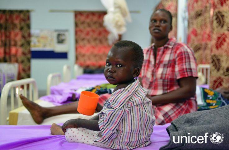 DZIECI W AFRYCE: Najbardziej niedożywione dzieci na początku terapii otrzymują specjalne, wzbogacone o witaminy i minerały, mleko terapeutyczne. Tak jak trzyletni John Bosco, który do szpitala w Dżubie został przyprowadzony przez tatę. Pomóż na www.unicef.pl/sudan.