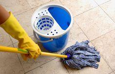 nettoyant maison pour le carrelage : 1,5 L eau 1 c. à soupe bicarbonate de soude 1 c. à soupe de vinaigre blanc 5 gttes Huile Essentielle de Lavande ou pin