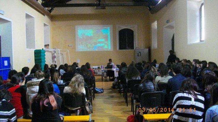 Liceo Sesto Properzio di Assisi  3 maggio 2014  .http://www.fabriziocatalano.it/storia-di-unattesa-senza-resa-incontra-gli-studenti/