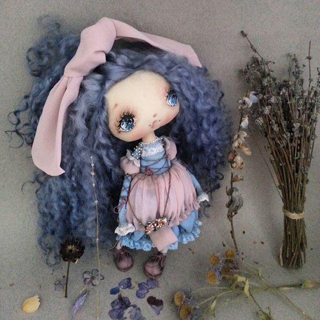 Всем привеет !) Еще вам Мальвинка , выполнена на заказ ) Все как обычно , но вот что то в ней есть особенное , что на нее насмотреться не могла и отпускать не хотелось ))) а еще у Мальвинок особо пышные и длинные волнистые волосы ....22см .  #кукла#куклы#кукларучнойработы #наподарок #ручнаяработаназаказ #ручная_работа #своимируками #рукоделие #хэндмэйд #dollhouse #мальвина #сказка #голубыеглаза #москвасити #подарочек #подарки #подарокдевушке #девочкамоя #уют#вдохновение #игрушки #тильда…
