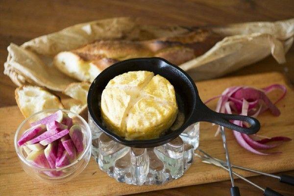 鋳鉄製フライパンのスキレット。ダッチオーブンより気軽に買いやすく、料理したまま器としても使うこともでき、自宅でも簡単レシピでアウトドアを味わえると人気です。今回はそのスキレットを使ったブランチや、おつ