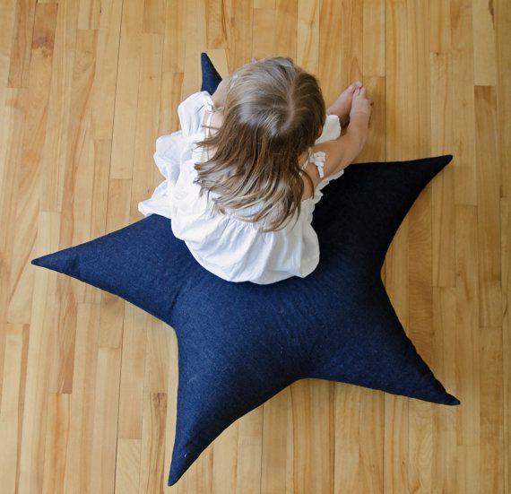 Énorme coussin de sol en forme détoile par lestriplettesshop, $130.00