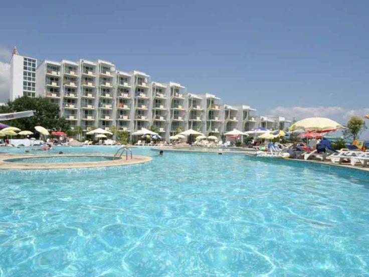 """Localizare: Hotel Laguna Beach Albena este situat chiar pe malul marii, in centrul complexului Albena, fiind inconjurat de zone de parc si gradini frumos amenajate. El formeaza un superb complex arhitectural cu hotelurile Laguna Mare si """"Laguna Beach, cu care se invecineaza. Cladirea de sapte etaje a hotelului Laguna Beach pastreaza arhitectura in trepte, caracteristica pentru intregul complex Albena, ceea ce face posibil ca majoritatea camerelor sa aiba vedere la mare."""