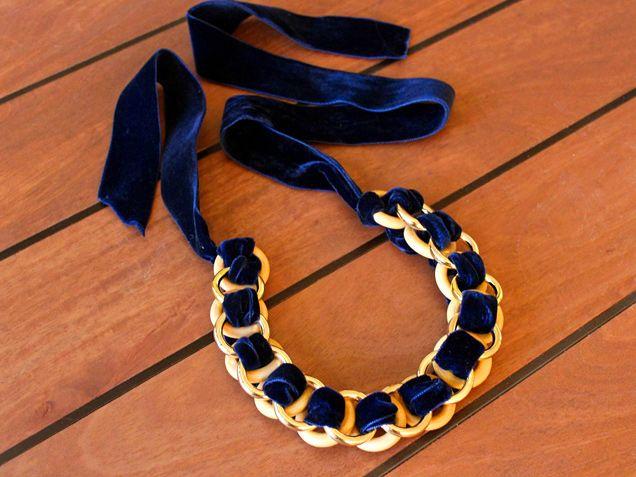 pulsera hecha con cinta y aros