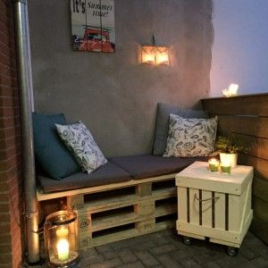 Een bankje van pallets en steigerhout op mijn terrasje (balkon)! Klein maar fijn, en super knus!
