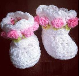 Little Miss Flower Crochet Baby Booties |A newborn girl will look amazing wiggling her little rose-bedecked feet thanks to this free crochet baby booties pattern.