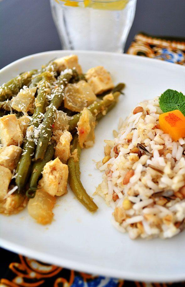 SIMPELE SAJOERBOONTJES MET TOFU EN RIJST ● Maak een uitstapje naar de Indonesische keuken met dit vereenvoudigde vegetarische recept: http://hallosunny.blogspot.nl/2015/04/sajoerboontjes-tofu-rijst.html