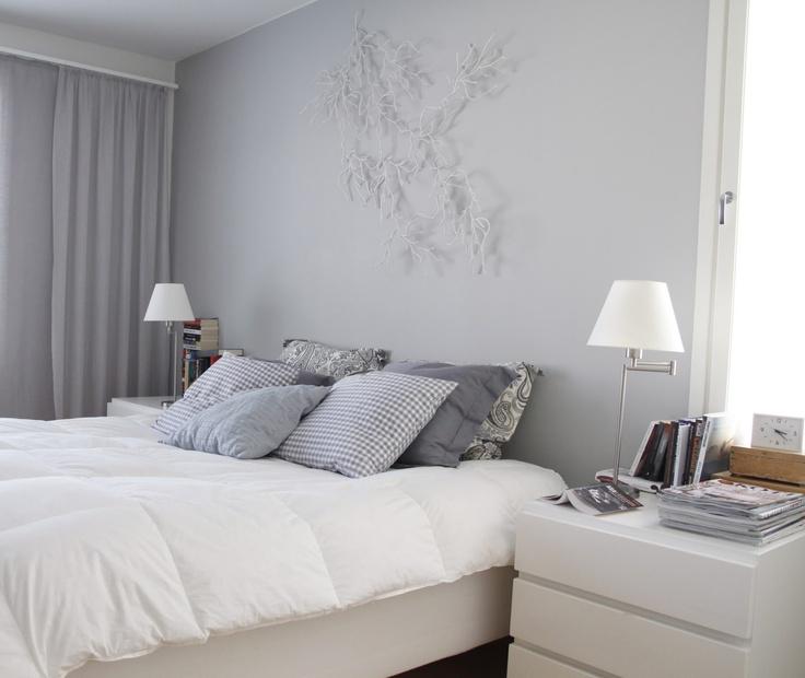näköisiä kulmia: Harmaa makuuhuone