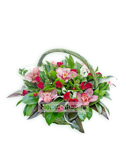 Любое торжество и памятное событие станет еще более запоминающимся и радостным, если при выборе подарка Вы остановитесь на этой обворожительной цветочной композиции из розовых орхидей и вишнево-красных роз, утопающих в пышной изумрудной зелени.