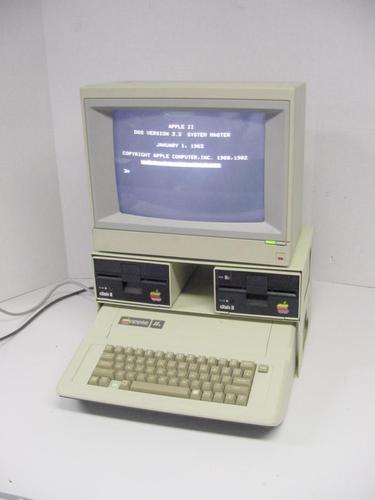 Apple IIe도 IIc도 초기형들이 제일 나. IIe 플라티넘은 디자인이 좀 이상해. 키보드가 안 어울려. Prodos 메뉴얼 표지 사진이 Apple IIe가 사과 상자와 그 톱밥사이에 있는 게 있었는데, 참 이뻤지.